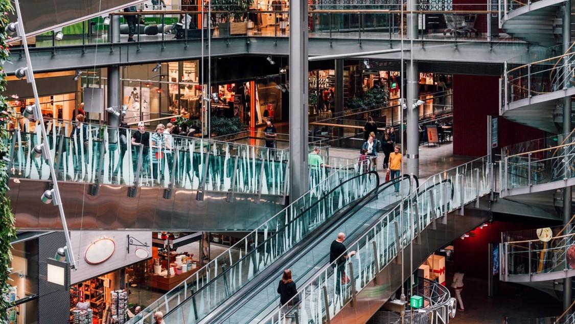 imagem do shopping sello destacando suas escadas rolantes e lojas