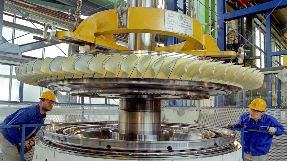 Assembly of a gas turbine rotor made of stacked rotor disks.