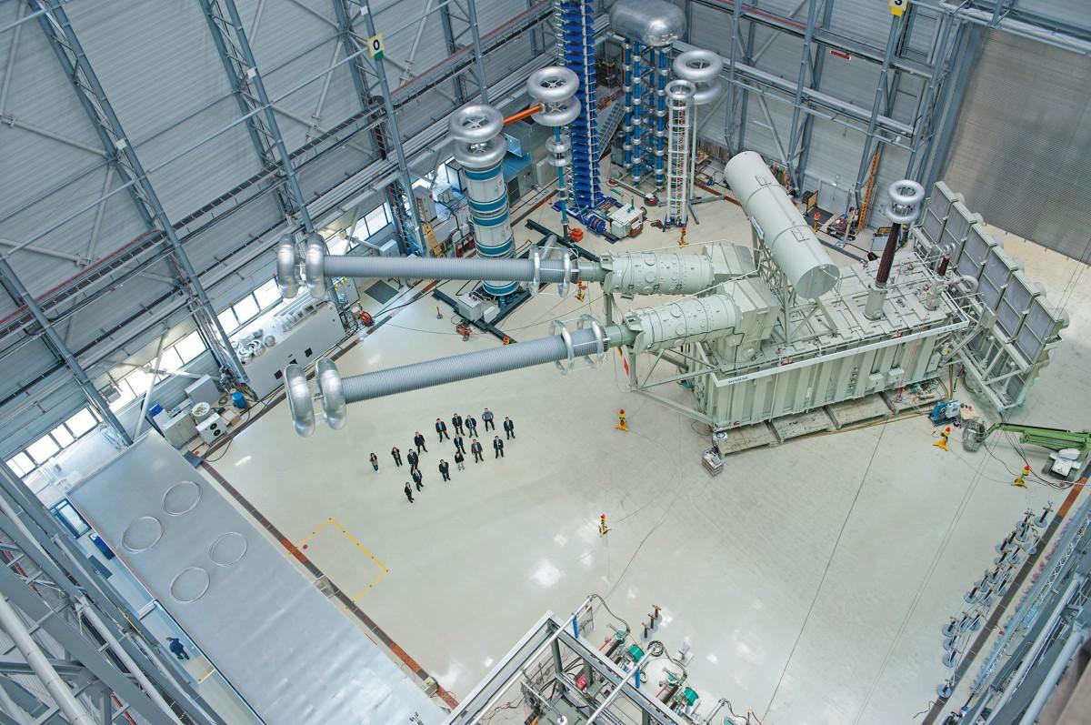 Das Bild zeigt den leistungsstärksten Hochspannungsgleichstromübertragungs (HGÜ)-Transformator