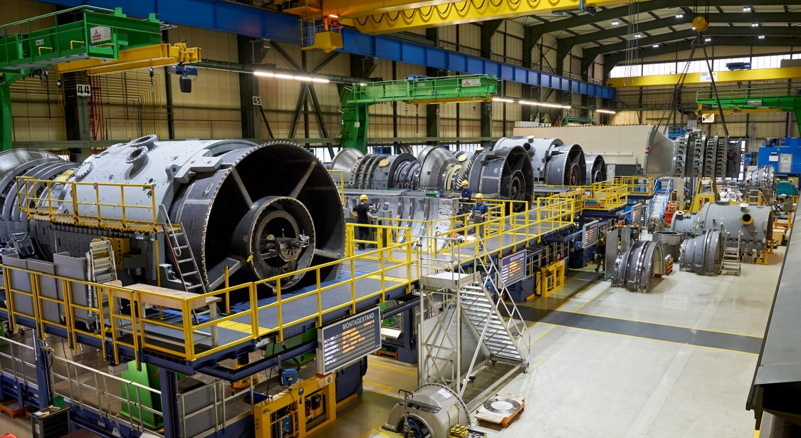 Overview of the final rig assembly hall at Siemens Gas Turbine Works in Berlin