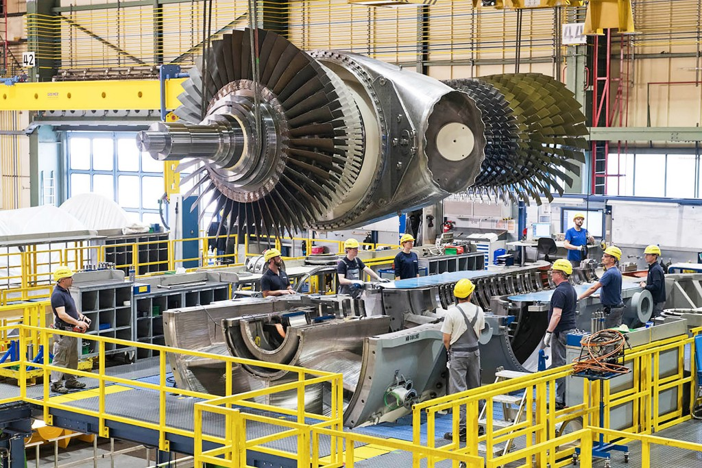 Climate-friendly energy supply for Berlin (The picture shows the inserting of the rotor into the gas turbine for the combined heat and power plant Berlin-Marzahn)