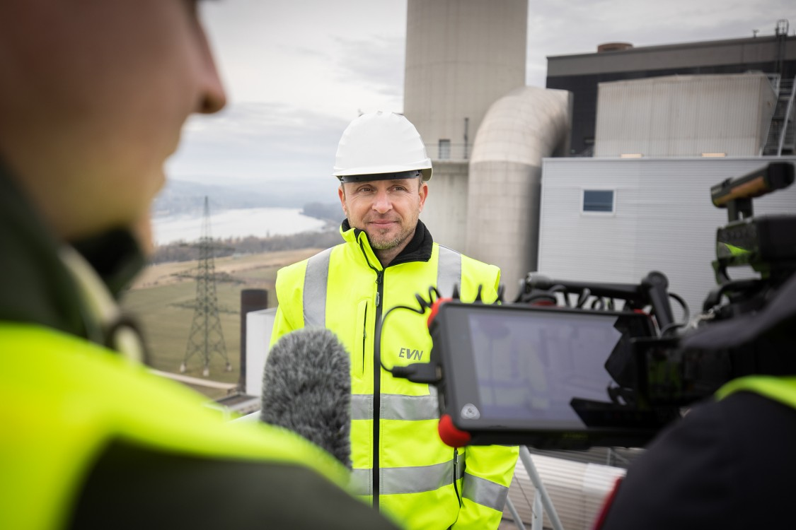 Jürgen Wilhelm standing in front of the new hydrogen-capable Thermal Power Plant in Austria